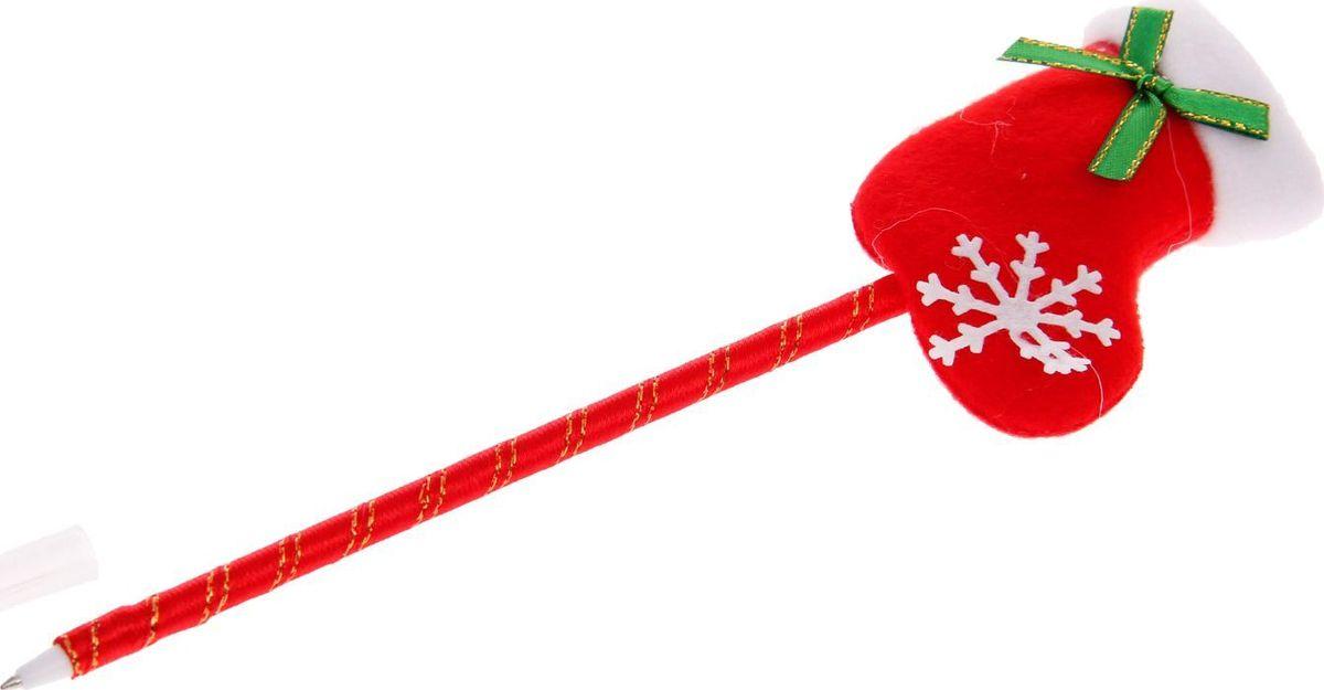 Страна Карнавалия Ручка шариковая Новый Год Валенок1072644Шариковая ручка с тематическим принтом станет отличным презентом в новогодние праздники! Для взрослых это будет оригинальное украшение рабочего стола и приятное напоминание о человеке, который преподнёс такой сувенир.А маленьких деток привлечёт красочный дизайн — за уроки они будут браться с энтузиазмом. Наконечник в форме различных фигурок подарит улыбки и море позитива — такой зимний атрибут просто не захочется выпускать из рук!