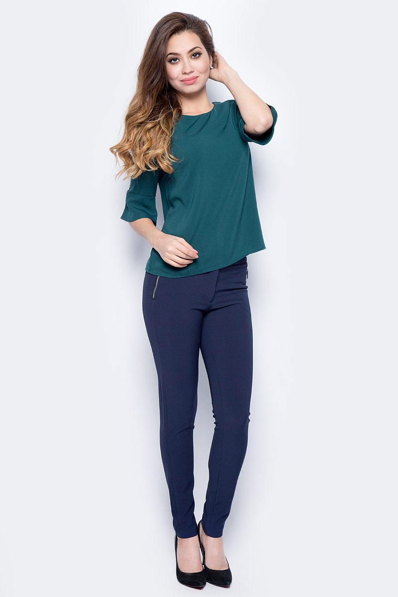 Блузка женская Sela, цвет: бутылочно-зеленый. Tw-112/1319-7321. Размер 46Tw-112/1319-7321Женская блузка от Sela выполнена из высококачественного материала. Модель полуприлегающего кроя с рукавами длиной 3/4 и круглым вырезом горловины на спинке застегивается на пуговицу. Рукава по низу оформлены оборками.