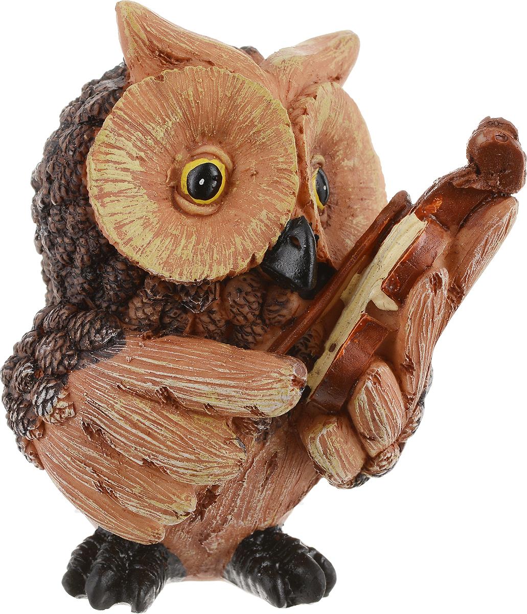 Фигурка декоративная Magic Time Сова со скрипкой. 7566575665Декоративная фигурка Magic Time Сова со скрипкой станет прекрасным дополнением к интерьеру. Изделие, изготовленное из полирезины, выполнено в виде совы. Вы можете поставить фигурку в любом месте, где она будет удачно смотреться и радовать глаз.Такая фигурка станет отличным подарком для близких и друзей.Размеры: 8 х 6 х 9 см.