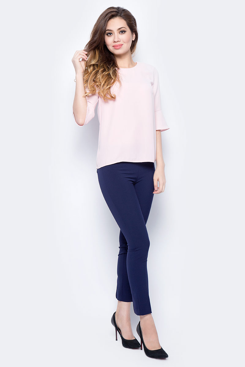 Блузка женская Sela, цвет: пыльно-розовый. Tw-112/1319-7321. Размер 46Tw-112/1319-7321Женская блузка от Sela выполнена из высококачественного материала. Модель полуприлегающего кроя с рукавами длиной 3/4 и круглым вырезом горловины на спинке застегивается на пуговицу. Рукава по низу оформлены оборками.