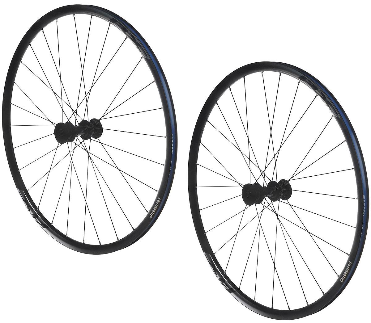 Комплект колес Shimano RX010, передних и задних, 700 с , 622-17C, 135 мм, цвет: черныйEWHRX010PDAEBКомплект колес Shimano предназначен для шоссейных и дорожных велосипедов. Подходят для катания в любых погодных условиях. Надежные и долговечные, выдерживают большую нагрузку. Имеют алюминиевые обода, ось и спицы из нержавеющей стали, ниппеля выполнены из латуни.Надежные подшипники увеличивают жесткость и обеспечивают длительный срок службы.Особенности:- Для 10/11 скоростей (10 со спейсером).- Крепление ротора: Center Lock.- Тип покрышек: клинчер.Высота обода: 24 мм.Внешняя ширина обода: 23 мм.Количество спиц: 28 шт.Длина оси передней втулки: 100 мм.Длина оси задней втулки: 135 мм.Размер покрышек: от 25 до 38-622 (700c).