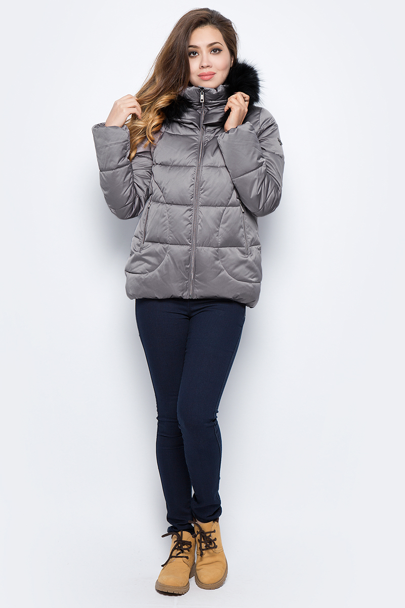 Куртка женская Grishko, цвет: серый. AL - 3292/1. Размер 46AL - 3292/1Стильная куртка с прорезными карманами на молниях и глубоким капюшоном. Капюшон с отделкой из меха енота. Куртка изготовлена из качественного полиэстера с подкладкой из микрофайбера. Модель с высоким воротником застегивается на молнию.
