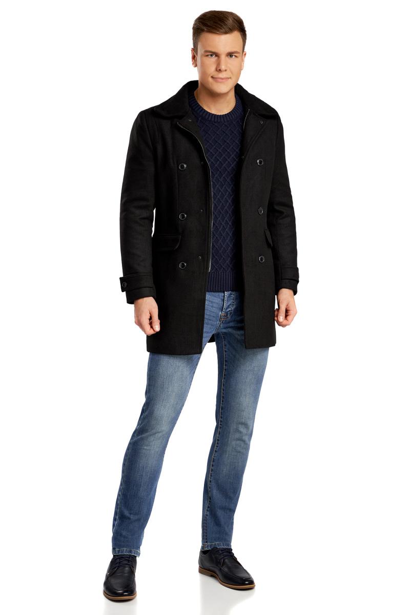 Пальто мужское oodji Lab, цвет: черный. 1L314008M/44412/2900N. Размер 52-182 (52-182)1L314008M/44412/2900NДвубортное пальто от oodji с высоким воротом и потайным капюшоном. По бокам накладные карманы с клапанами. Высокий воротник-стойка застегивается на кожаную пряжку и надежно оберегает шею от ветра. Воротник снабжен карманом на молнии, в котором можно спрятать капюшон. Два ряда пуговиц на передних полочках и паты с пуговицами внизу рукавов придают этой модели элегантный вид. Прямой покрой стройнит фигуру. Плотная непродуваемая ткань с добавлением шерсти защитит от любой непогоды. Стильное удлиненное пальто прекрасно сочетается с деловой и повседневной одеждой. Его можно смело надеть с классическим костюмом, прямыми брюками и строгой рубашкой. Дополнят образ кожаные перчатки и ботинки челси или оксфорды. Двубортное пальто отлично смотрится с джинсами и брюками-чиносами. Вы, безусловно, оцените эту сдержанную и практичную модель.