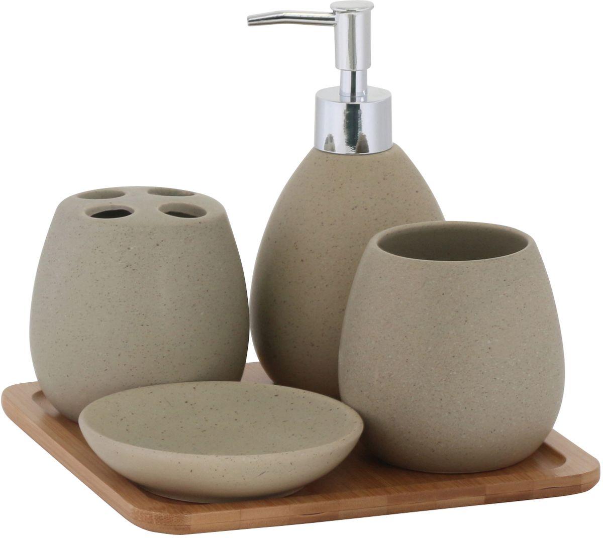 Набор для ванной комнаты Axentia Avignon, цвет: бежевый, 5 предметов126822Набор настольных аксессуаров Axentia Avignon из керамики песчаного цвета оригинальной формы. Стакан диаметр 8,5 см, высота 9 см.Стакан для зубных щеток, 4 отсека диаметр 8,5 см., высота 9 см.Дозатор для жидкого мыла диаметр 8,5 см., высота 17 см., объем 400 мл., насос хромированный. Мыльница круглая диаметр 11 см., высота 2,5 см.Лоток из бамбука 20,5 х 20,5 х 1 см. В картонной цветной коробке.