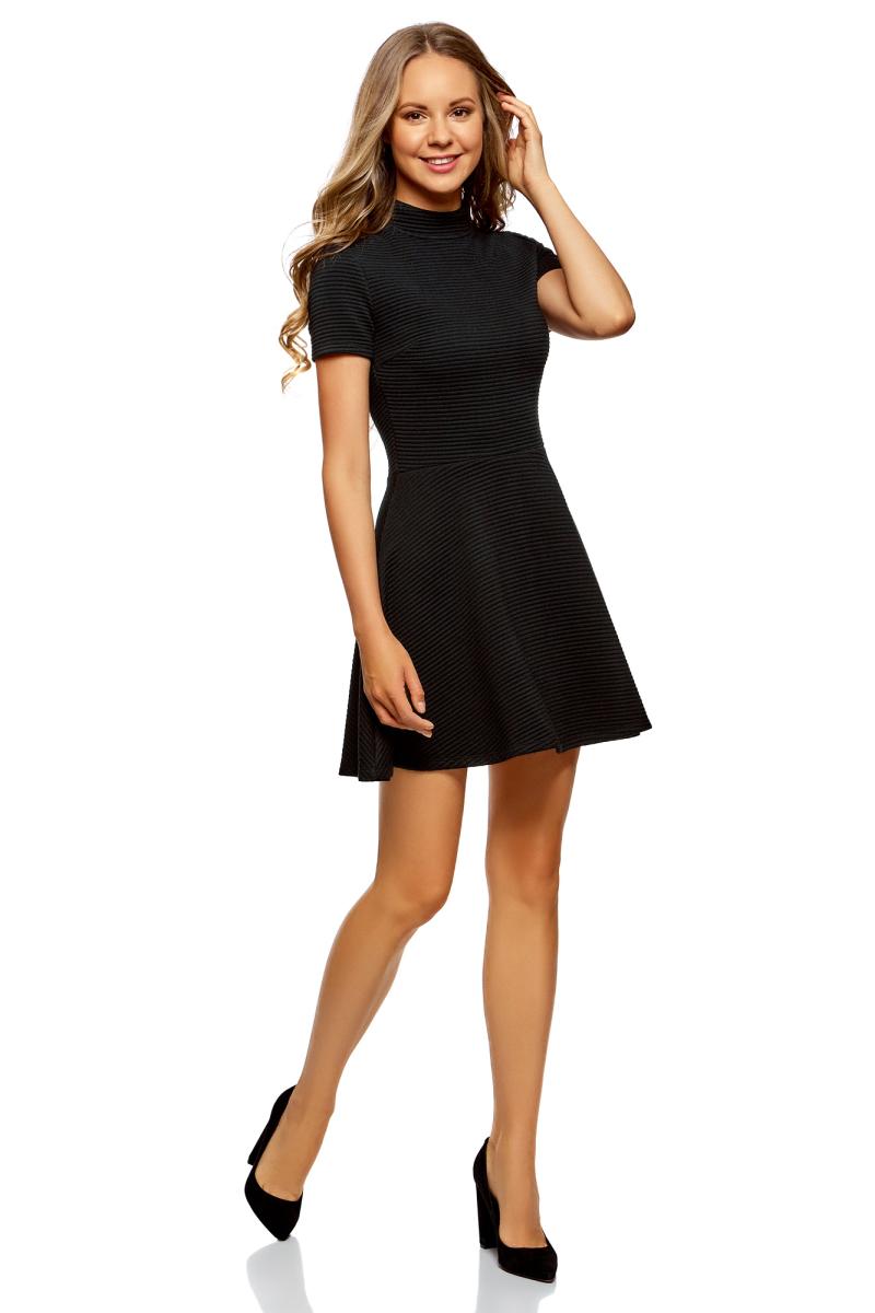 Платье oodji Ultra, цвет: черный. 14011021/46895/2900N. Размер L (48)14011021/46895/2900NПлатье от oodji выполнено из фактурной ткани. Модель с короткими рукавами, воротником-стойкой и расклешенной юбкой на спинке застегивается на потайную застежку-молнию.