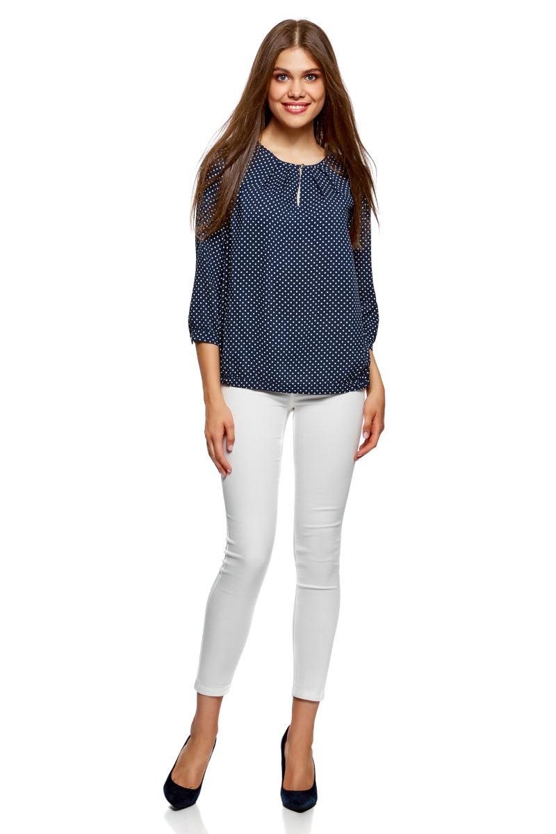 Блузка женская oodji Ultra, цвет: темно-синий, белый. 11411166/24681/7910D. Размер 38-170 (44-170)11411166/24681/7910DСтильная блузка от oodji выполнена из натуральной вискозы. Модель с рукавами 3/4 и круглым вырезом горловины на груди имеет вырез-капельку на пуговице