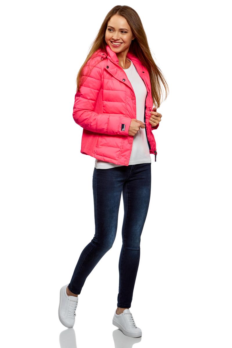 Куртка женская oodji Ultra, цвет: ярко-розовый. 10204053/47173/4D00N. Размер 38-170 (44-170)10204053/47173/4D00NСтеганая куртка от oodji с втачным капюшоном на кулисках со стопперами. Надежно застегивается на молнию и имеет ветрозащитный клапан на кнопках. Утепленная куртка сшита из непромокаемой ткани и будет незаменима в дождливую и ветреную погоду. Высокий воротник и капюшон прекрасно защищают от ветра и не стесняют движений. По бокам и на груди модель дополнена карманами на молниях.