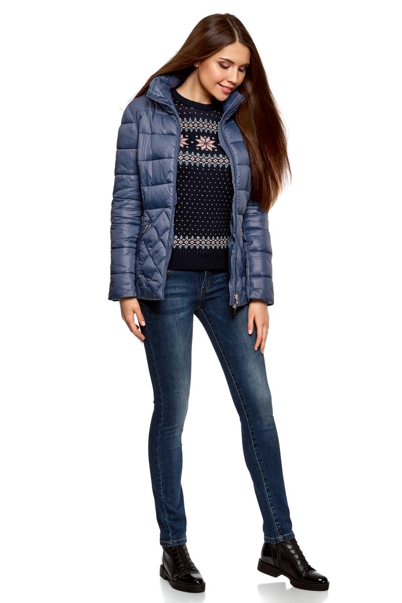 Куртка женская oodji Ultra, цвет: синий. 10203031-1/18268/7500N. Размер 40-170 (46-170)10203031-1/18268/7500NУтепленная стеганая куртка с высоким воротом. Приталенная куртка закрывает бедра и застегивается на молнию по всей длине, включая воротник. Комбинированная стежка – изюминка этой модели. Разница в узоре визуально выравнивает и стройнит силуэт. По бокам – скошенные прорезные карманы на молнии. Высокий воротник надежно защищает шею от ветра. Теплая стеганая куртка согревает в непогоду и прекрасно сочетается с повседневной одеждой и обувью. Ее можно смело надевать с брюками и юбками разных фасонов, трикотажными платьями и любимыми джинсами. Отличным решением станут кожаные ботинки, сапоги, ботильоны и спортивные туфли. Комплект дополнят эффектный шарф или снуд крупной вязки. Если вы хотите найти не просто теплую и практичную, но и женственную и оригинальную вещь для холодной погоды – эта стеганая куртка то, что нужно. Она отлично впишется в ваш гардероб и позволит вам быть уверенной в себе.