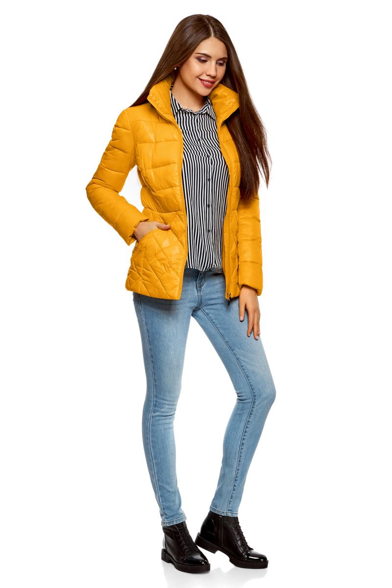 Куртка женская oodji Ultra, цвет: желтый. 10203031-1/18268/5200N. Размер 44-170 (50-170)10203031-1/18268/5200NУтепленная стеганая куртка от oodji с высоким воротом. Приталенная куртка закрывает бедра и застегивается на молнию по всей длине, включая воротник. Комбинированная стежка – изюминка этой модели. Разница в узоре визуально выравнивает и стройнит силуэт. По бокам – скошенные прорезные карманы на молнии. Высокий воротник надежно защищает шею от ветра.Теплая стеганая куртка согревает в непогоду и прекрасно сочетается с повседневной одеждой и обувью. Ее можно смело надевать с брюками и юбками разных фасонов, трикотажными платьями и любимыми джинсами. Отличным решением станут кожаные ботинки, сапоги, ботильоны и спортивные туфли. Комплект дополнят эффектный шарф или снуд крупной вязки. Если вы хотите найти не просто теплую и практичную, но и женственную и оригинальную вещь для холодной погоды – эта стеганая куртка то, что нужно. Она отлично впишется в ваш гардероб и позволит вам быть уверенной в себе.
