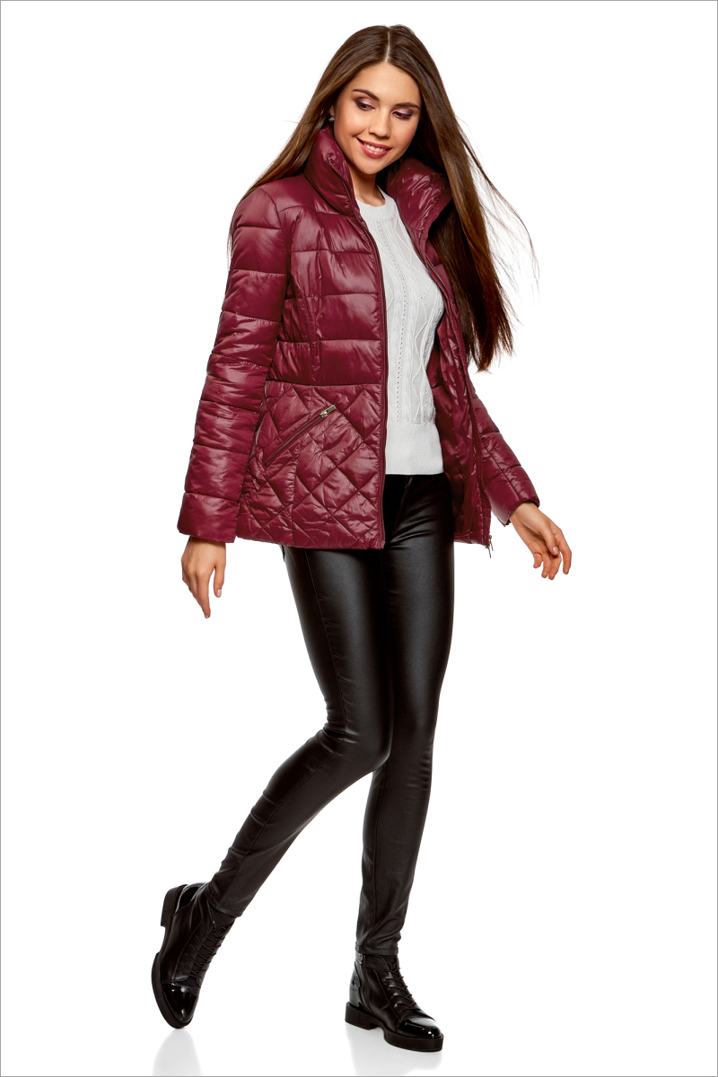 Куртка женская oodji Ultra, цвет: бордовый. 10203031-1/18268/4903N. Размер 40-170 (46-170)10203031-1/18268/4903NУтепленная стеганая куртка от oodji с высоким воротом. Приталенная куртка закрывает бедра и застегивается на молнию по всей длине, включая воротник. Комбинированная стежка – изюминка этой модели. Разница в узоре визуально выравнивает и стройнит силуэт. По бокам – скошенные прорезные карманы на молнии. Высокий воротник надежно защищает шею от ветра.Теплая стеганая куртка согревает в непогоду и прекрасно сочетается с повседневной одеждой и обувью. Ее можно смело надевать с брюками и юбками разных фасонов, трикотажными платьями и любимыми джинсами. Отличным решением станут кожаные ботинки, сапоги, ботильоны и спортивные туфли. Комплект дополнят эффектный шарф или снуд крупной вязки. Если вы хотите найти не просто теплую и практичную, но и женственную и оригинальную вещь для холодной погоды – эта стеганая куртка то, что нужно. Она отлично впишется в ваш гардероб и позволит вам быть уверенной в себе.