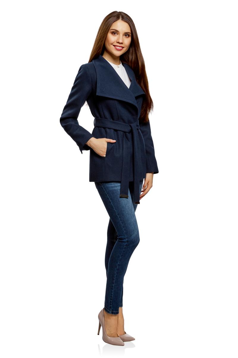 Пальто женское oodji Ultra, цвет: темно-синий. 10104041-2/43442/7900N. Размер 36-170 (42-170)10104041-2/43442/7900NЭлегантное укороченное пальто с высоким воротником-стойкой и асимметричной застежкой на одну пуговицу. Модель приталенного силуэта, линию талии красиво подчеркивает пояс из той же ткани, что и само пальто. Пальто с высоким воротом прекрасно подходит для прохладной погоды, надежно защищает горло и грудь от холода. Пальто органично впишется в деловой и повседневный гардероб. В нем можно пойти на работу, деловую встречу, любое неофициальное мероприятие. Это пальто незаменимо, если вы хотите создать элегантный и одновременно сдержанный образ. Пальто хорошо смотрится в сочетании с брюками, джинсами. А надев его с обувью на высоком каблуке и прямой юбкой, вы получите красивый женственный комплект. Эффектное пальто на каждый для стильных образов!