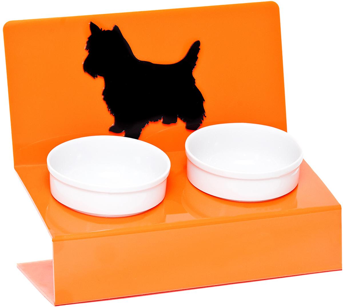 Миска для животных Artmiska Любимая собачка, двойная, на подставке, цвет: оранжевый, 2 х 350 млЛ-4Artmiska - это фарфоровые миски на дизайнерской подставке, которые созданы специально для кошек и собак мелких пород.Высота подставки и угол ее наклона максимально обеспечивают правильное положение тела кошки или собаки при кормлении.Оптимальная высота и угол наклона подставки, форма и объем миски эффективно снижают разбрасывание корма домашним питомцем.Artmiska подходят для всех кошек и собакам мелких пород – той-терьерам, шпицам, йоркширским терьерам, карликовым пинчерам, чихуахуа и другим. Объем каждой миски: 350 мл.
