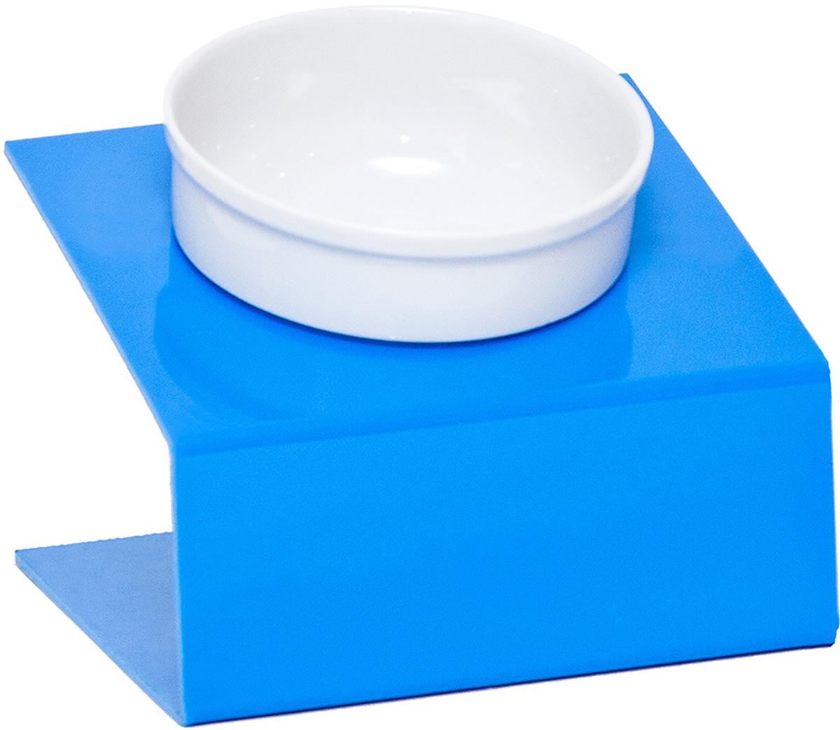 Миска для животныx Artmiska, одинарная, на подставке, цвет: синий, 1 x 350 млО-3Миска для животныx Artmiska создана специально для кошек и собак мелких пород.Высота подставки и угол ее наклона максимально обеспечивают правильное положение тела кошки или собаки при кормлении.Оптимальная высота и угол наклона подставки, форма и объем миски эффективно снижают разбрасывание корма домашним питомцем.Artmiska подходит для всех кошек и собакам мелких пород – той-терьерам, шпицам, йоркширским терьерам, карликовым пинчерам, чихуахуа и другим.Объем миски - 350 мл.