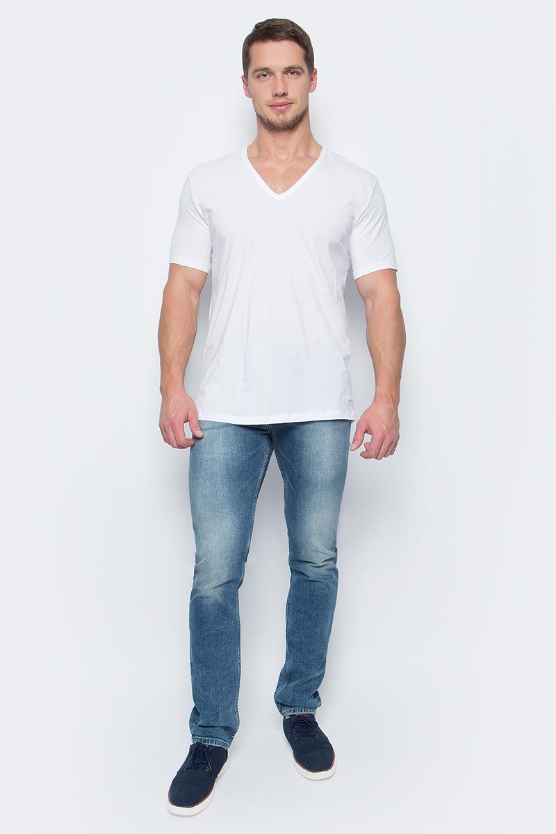 Футболка мужская Calvin Klein Jeans, цвет: белый. NB1336A_100. Размер XL (54)NB1336A_100Стильная мужская футболка Calvin Klein Jeans выполнена из эластичного хлопка в лаконичном дизайне. Модель с V-образным вырезом горловины и короткими рукавами. Такая футболка - прекрасный выбор на каждый день.