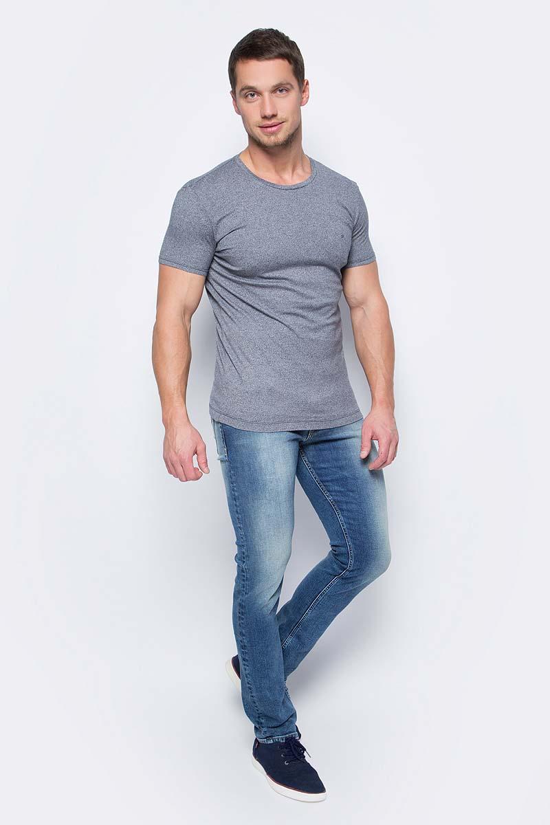 Джинсы мужские Calvin Klein Jeans, цвет: синий. J30J306150_9164. Размер 38 (58/60)J30J306150_9164Стильные мужские джинсы Calvin Klein Jeans займут достойное место в вашем гардеробе. Модель слим, стандартной посадки на талии. Джинсы застегиваются на пуговицу и имеют ширинку на застежке-молнии. На поясе предусмотрены шлевки для ремня. Спереди джинсы дополнены двумя втачными карманами и одним маленьким накладным кармашком, сзади - двумя накладными карманами. Оформлено изделие эффектом потертости и контрастной прострочкой. Высокое качество кроя и пошива, актуальный дизайн и расцветка придают изделию неповторимый стиль и индивидуальность.