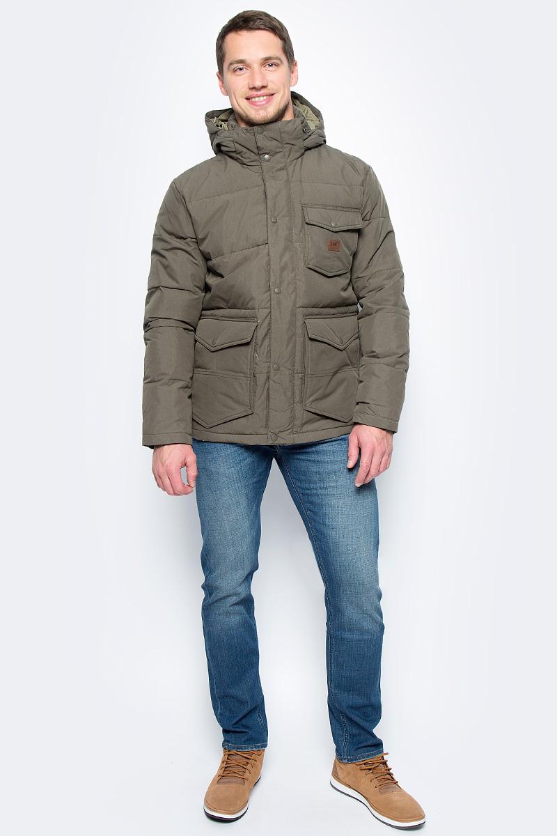 Куртка мужская Lee, цвет: оливковый. L89IASDA. Размер XL (52)L89IASDAСтильная мужская куртка Lee отлично подойдет для прохладной погоды. Модель прямого кроя с воротником-стойкой, надежно защищающим от ветра, застегивается на молнию с ветрозащитной планкой на пуговицах и кнопках. Съемный капюшон с регулировкой объема крепится при помощи кнопок. Куртка дополнена вместительными карманами: пятью снаружи и одним внутри.