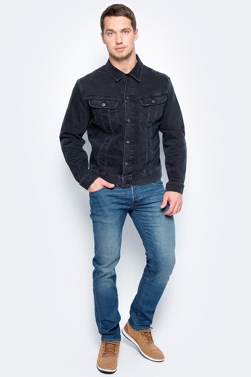 Куртка джинсовая мужская Lee, цвет: темно-серый. L89RJBLV. Размер S (46)L89RJBLVМужская джинсовая куртка Lee, выполненная из высококачественного эластичного хлопка, поможет создать стильный повседневный образ. Модель прямого кроя с отложным воротником застегивается пуговицы и дополнена двумя втачнымми карманами с клапанами на пуговицах. Манжеты длинных рукавов также дополнены пуговицами.