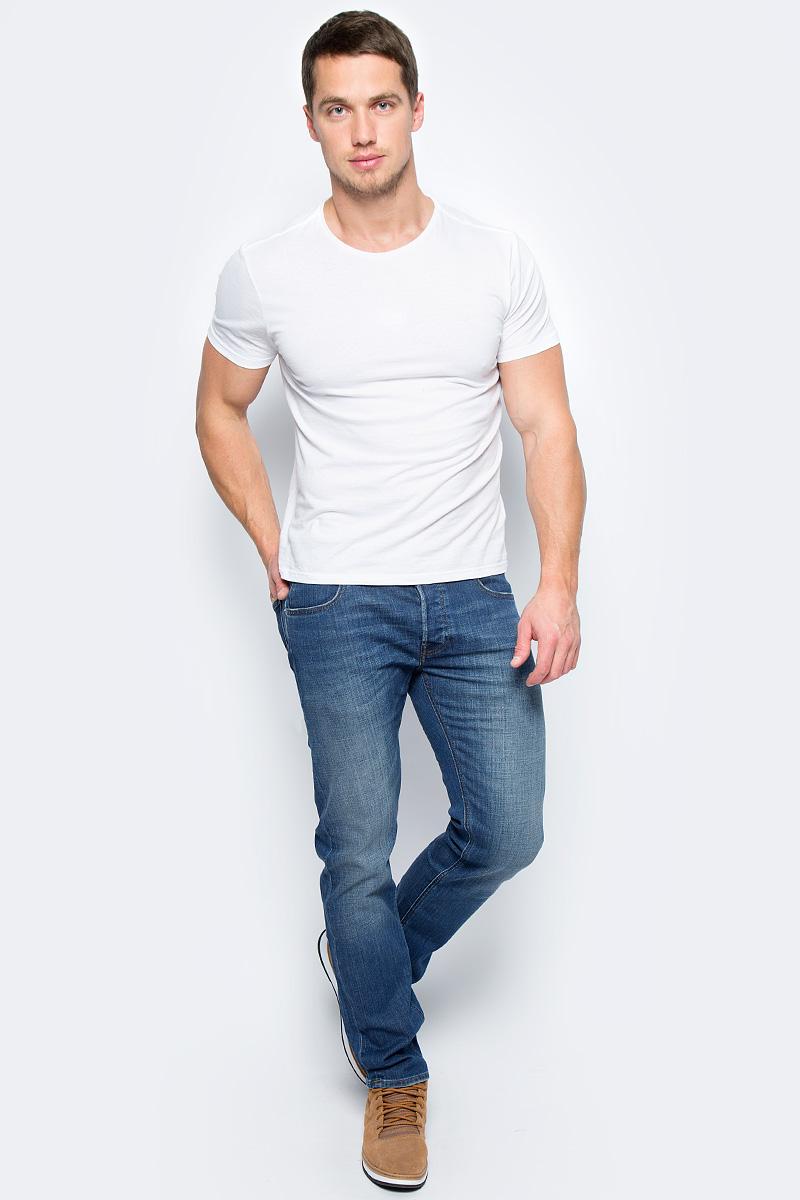 Джинсы мужские Lee Daren, цвет: синий. L706LGKC. Размер 30-32 (46-32)L706LGKCМужские джинсы Lee Daren - это универсальные джинсы на все времена. Джинсы изготовлены из прочной хлопковой ткани со стрейчевым эффектом, с дизайнерским осветлением и полосатым эффектом. Джинсы зауженного кроя стандартной посадки на талии застегиваются на пуговицу в поясе и ширинку на застежке-молнии. На поясе имеются шлевки для ремня. Модель представляет собой классическую пятикарманку: два втачных и накладной карманы спереди и два накладных кармана сзади.Оформление: фирменный логотип Lee на кожаной коричневой бирке сзади, грязная серебряная пуговица и заклепки, тональный шов. Джинсы подходят для повседневного использования в прохладную погоду, плотность ткани 12,5 унций.