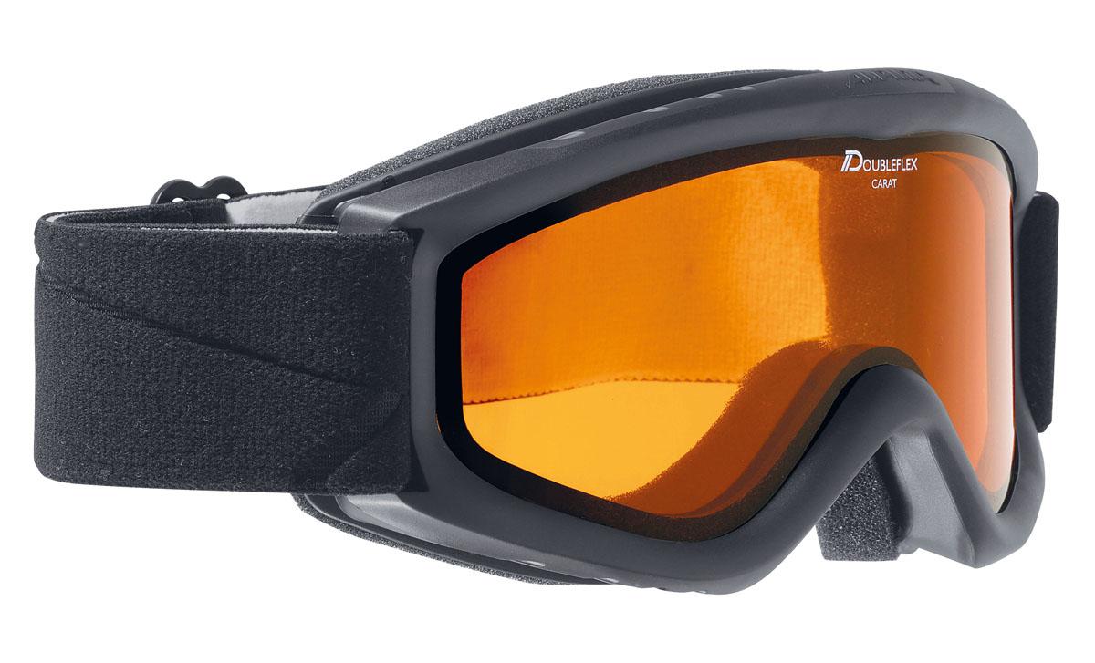 Очки горнолыжные Alpina Carat SH, цвет: черный, антрацитовыйA7019431Детская горнолыжная маска Alpina: - однослойная линза высокой контрастности; -100% защита от УФ А-В-С до 400 нм;-антифог покрытие снижает риск запотевания маски;-по контуру оправы расположены вентиляционные порты, улучшающие циркуляцию воздуха и снижающие риск запотевания маски; -категория защиты линз: 1 категория.