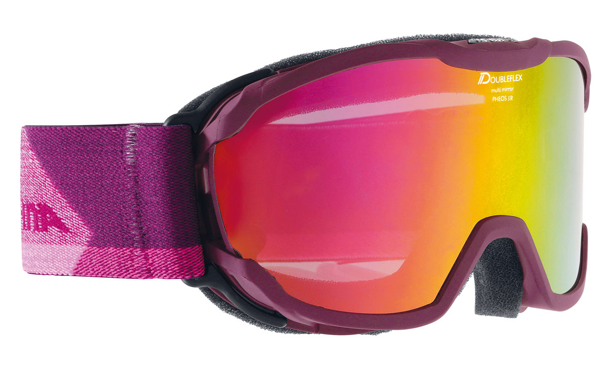 Очки горнолыжные Alpina PHEOS JR. MM violet/white (deep violet jeans) (б/р)A7239853Комфортная легкая горнолыжная маска, которая станет отличным выбором для катания в облачную погоду. Она защитит вас от яркого света, снега и сильного ветра. Линза маски абсолютно не пропускает коротковолновое ультрафиолетовое излучение, как раз то, которое наносит вред сетчатки глаз. При этом обеспечивает естественную светопередачу, высокую контрастность, а за счет правильной геометрии - широкий угол обзора. В этой маске вы будете заблаговременно замечать коварные опасности склона и получать максимальное удовольствие от катания, но и от окружающей панорамы. Оправа со стороны лица имеет слой вспененного материала, который, деформируясь, принимает форму лица. Таким образом, достигается плотное прилегание маски, равномерное давление и исключение болевых точек. Вентиляционные отверстия в оправе обеспечивают циркуляцию воздуха, что предотвращает запотевание линзы. Угол обзора более 180 градусов. Ремешок крепится на подвижных шарнирах с внешней стороны рамы, благодаря чему маску гораздо удобнее использовать совместно со шлемом. Специальное противоскользящее покрытие с внутренней поверхности ремешка, предотвращает соскальзывание со шлема.