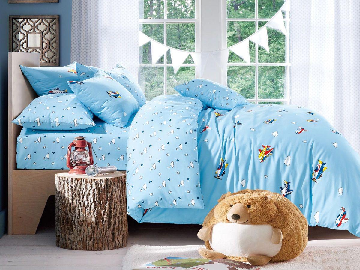 Cleo Комплект в кроватку Полет 3 предмета цвет голубой55/029-sbКоллекция Cleo для самых маленьких разнообразна в своей цветовой гамме, нежные и красочные, для мальчиков и девочек, а милые и очаровательные волшебные персонажи не дадут вашему малышу скучать. Благодаря пигментному способу нанесение печати, даже после многократных стирок (деликатный режим), постельное белье сохраняет свой первоначальный вид. Постельное белье выполнено из натуральных тканей из 100% Хлопка. Сатин – плотная хлопковая ткань, обладает максимально полным набором положительных качеств: мягкий и легкий, тактильный - как шелк плотный, износоустойчивый и прочный, экологичный и гипоаллергенный, обладает прекрасной терморегуляцией, в летний период незаменим в спальне вашего малыша.