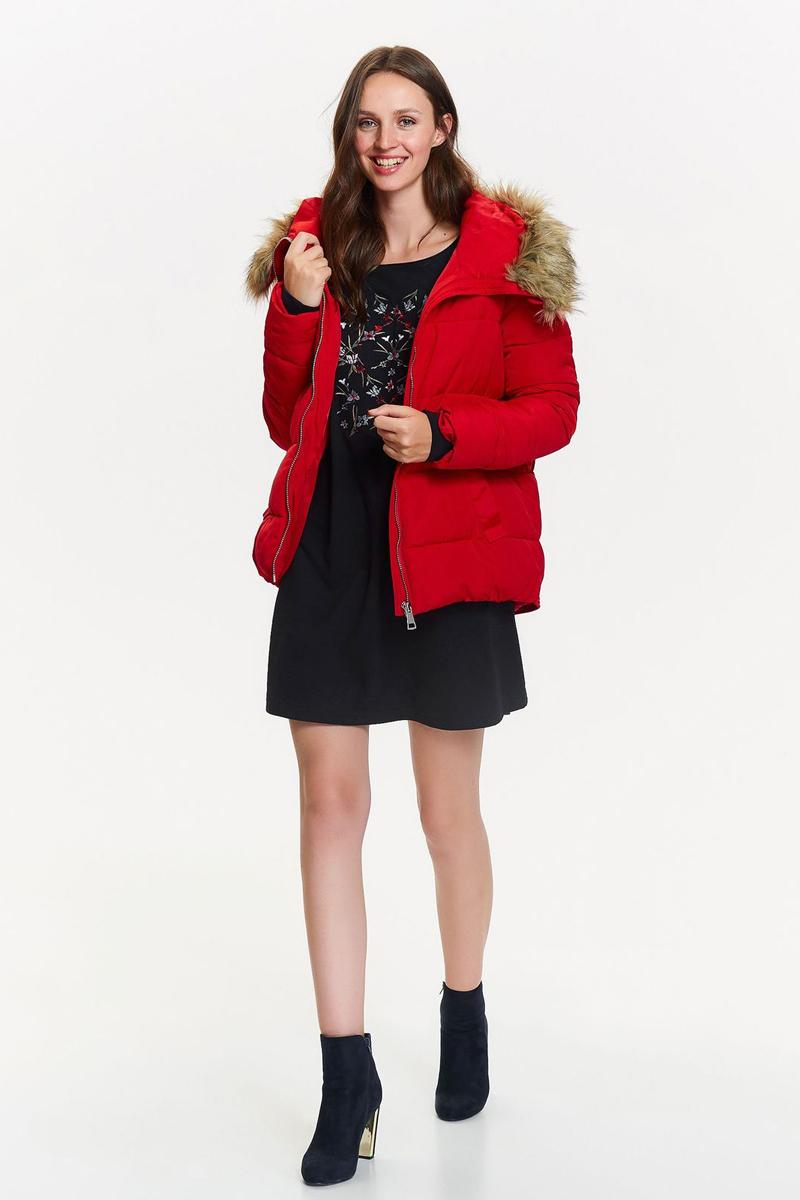 Куртка женская Top Secret, цвет: красный. SKU0800CE. Размер 38 (46)SKU0800CEЖенская куртка Top Secret выполнена из высококачественного материала. Модель свободного кроя с капюшоном застегивается на молнию. Капюшон оформлен мехом. Спереди расположены два прорезных кармана.