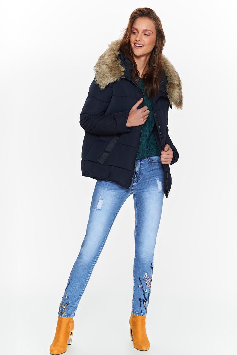 Куртка женская Top Secret, цвет: темно-синий. SKU0800GR. Размер 40 (48)SKU0800GRЖенская куртка Top Secret выполнена из высококачественного материала. Модель свободного кроя с капюшоном застегивается на молнию. Капюшон оформлен мехом. Спереди расположены два прорезных кармана.
