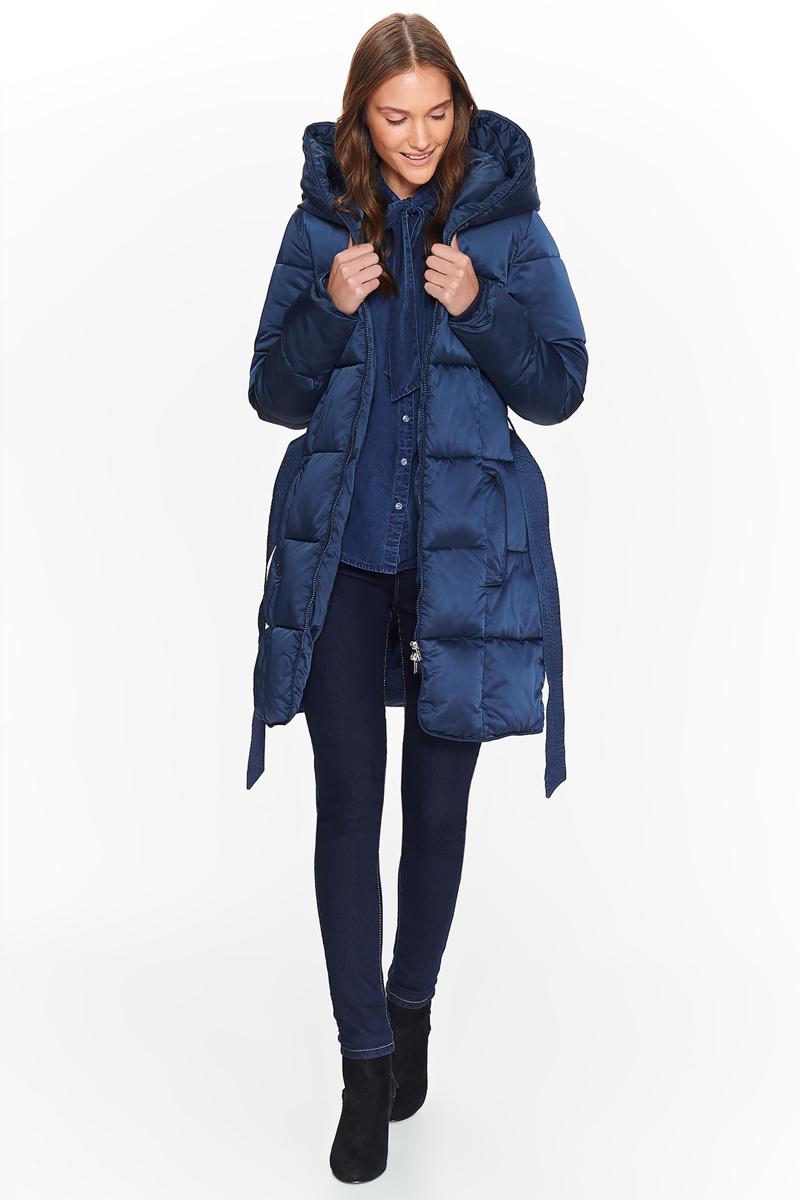 Куртка женская Top Secret, цвет: темно-синий. SKU0817GR. Размер 42 (50)SKU0817GRЖенская удлиненная стеганная куртка Top Secret выполнена из высококачественного материала. Модель с капюшоном застегивается на молнию. Есть пояс, подчеркивающий талию. Спереди расположены два прорезных кармана. Высокое качество выполнения обеспечивает куртке исключительный вид.