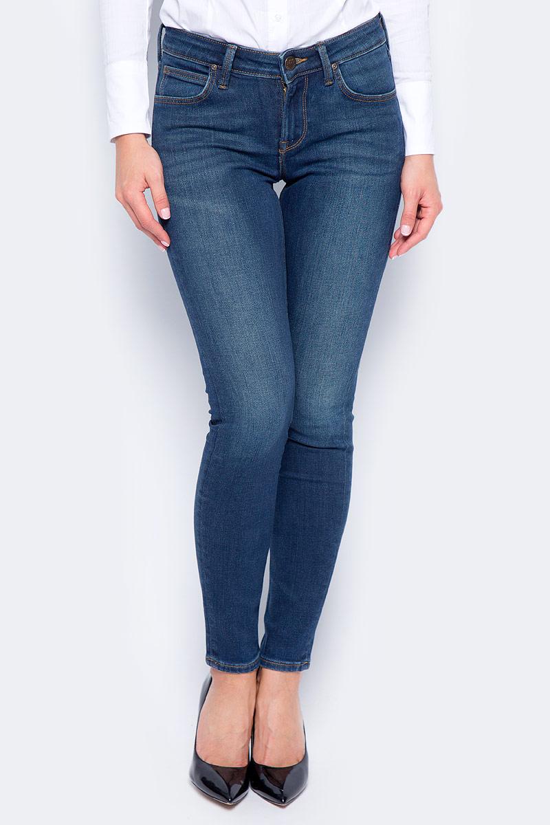 Джинсы женские Lee Scarlett, цвет: синий. L526KIMS. Размер 26-33 (42-33)L526KIMSЖенские джинсы Lee Scarlett изготовлены из винтажной джинсовой ткани с дизайнерским осветлением и полосками, которые показывают тонкую текстуру в переплетении. Джинсы зауженного кроя стандартной посадки на талии застегиваются на пуговицу в поясе и ширинку на застежке-молнии. На поясе имеются шлевки для ремня. Джинсы изготовлены из качественной стрейчевой ткани Power Stretch Denim на основе хлопка, обладают отличной терморегуляцией, хорошо тянутся, красивая модель для холодной погоды, плотность ткани 12,5 унций. Оформление: потускневшая латунная кнопка и заклепки, контрастная строчка табачного цвета, стандартные 5 карманов с фирменным логотипом Lee на кожаной бирке сзади.