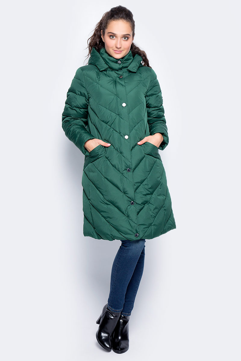 Пальто женское Finn Flare, цвет: темно-зеленый. W17-32021_514. Размер M (46)W17-32021_514Пальто Finn Flare изготовлено из качественного полиэстера с утеплителем. Модель с длинными рукавами и капюшоном застегивается на молнию и кнопки. Пальто дополнено спереди удобными карманами.