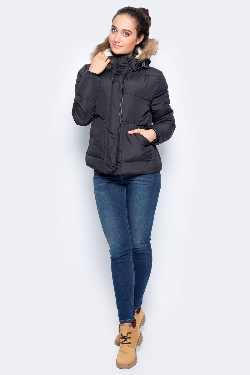 Куртка женская Lee, цвет: черный. L58TWA01. Размер L (46)L58TWA01Демисезонная женская куртка Lee отлично подойдет для прохладной погоды. Укороченная модель приталенного кроя с воротником-стойкой, надежно защищающим от ветра, застегивается на молнию с ветрозащитной планкой на кнопках. Съемный капюшон с регулировкой объема крепится при помощи кнопок и оформлен отделкой из искусственного меха. Куртка дополнена вместительными накладными карманами: двумя снаружи и одним внутри.
