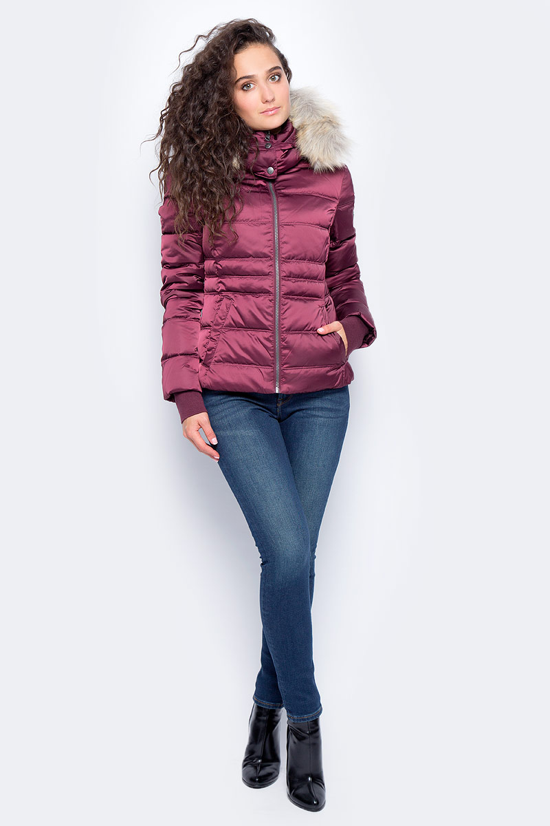 Пуховик женский Calvin Klein Jeans, цвет: фиолетовый. J20J205704_5090. Размер M (44/46)J20J205704_5090Модный стеганый пуховик от Calvin Klein с пуховым наполнителем выполнен из высококачественного материала. Модель с длинными рукавами и капюшоном застегивается на застежку-молнию. Куртка по бокам дополнена прорезными карманами. Капюшон декорирован съемной опушкой из искусственного меха. Рукава дополнены внутренними трикотажными манжетами с отверстием для большого пальца. Спинка удлинена.