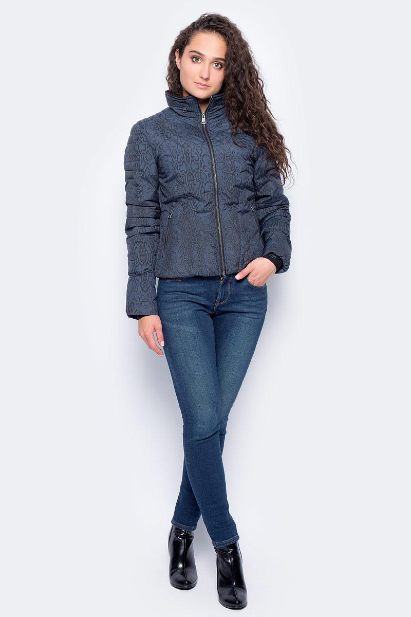 Куртка женская Calvin Klein Jeans, цвет: синий. J20J205700_0080. Размер S (42/44)J20J205700_0080Теплая женская стеганая куртка Calvin Klein Jeans выполнена из 100% полиамида со змеиным принтом. Модель приталенного кроя с воротником-стойкой и капюшоном на молнии. Рукава оснащены вшитыми трикотажными манжетами. По бокам предусмотрены карманы на молниях. Такая куртка займет достойное место в вашем гардеробе.