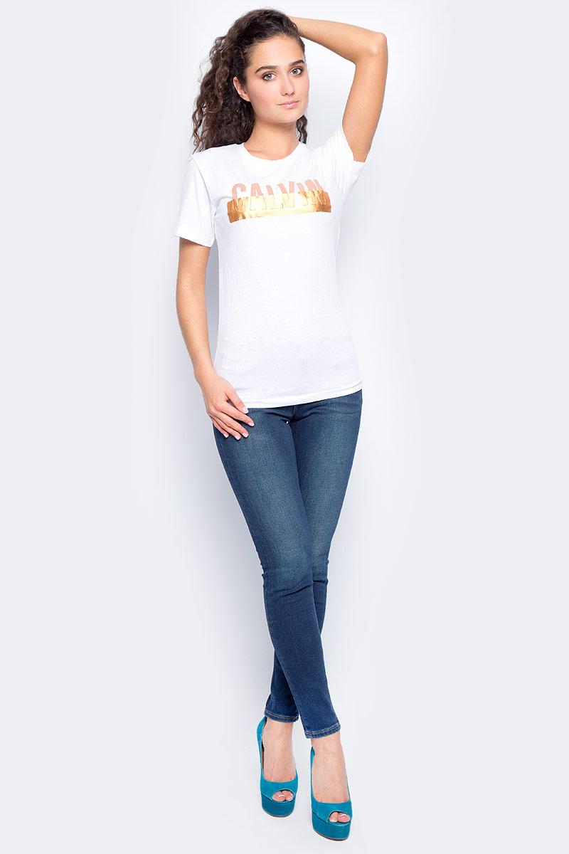 Футболка женская Calvin Klein Jeans, цвет: белый. J20J205640_1120. Размер M (44/46)J20J205640_1120Женская футболка Calvin Klein Jeans изготовлена из хлопка и полиэстера. Футболка с круглым вырезом горловины и короткими рукавами на груди оформлена принтовой надписью. Изделие имеет приталенный силуэт.