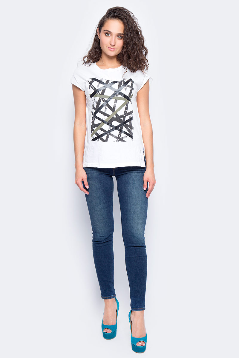 Футболка женская Calvin Klein Jeans, цвет: белый. J20J205628_1120. Размер M (44/46)J20J205628_1120Женская футболка Calvin Klein Jeans изготовлена из 100% хлопка. Футболка с круглым вырезом горловины и короткими рукавами оформлена спереди оригинальным принтом. Изделие имеет приталенный силуэт.