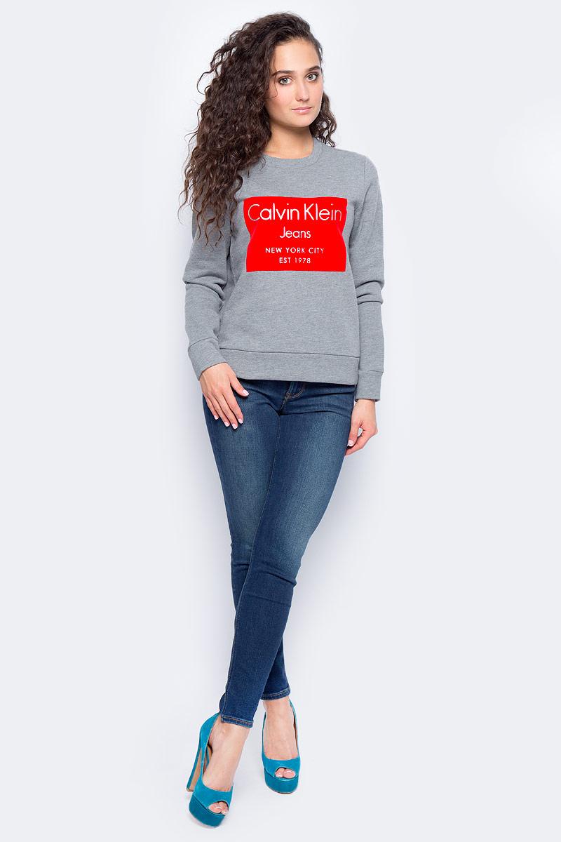 Свитшот женский Calvin Klein Jeans, цвет: серый. J20J206019_0250. Размер M (44/46)J20J206019_0250Стильный женский свитшот Calvin Klein Jeans выполнен из хлопка с полиэстером. Модель с круглым вырезом горловины и длинными рукавами. Спереди изделие оформлено текстовым принтом. такой свитшот займет достойное место в вашем гардеробе.