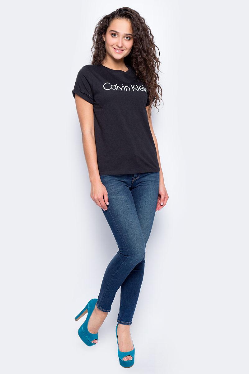 Футболка женская Calvin Klein Jeans, цвет: черный. QS5789E_001. Размер XS (42)QS5789E_001Женская футболка от Calvin Klein выполнена из натурального хлопка. Модель с короткими рукавами и круглым вырезом горловины оформлена принтом Calvin Klein на груди.