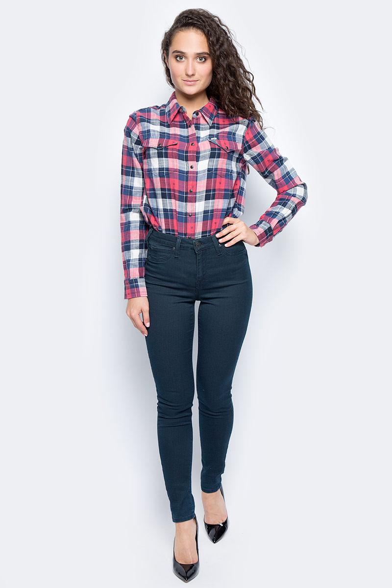 Джинсы женские Lee Skyler, цвет: темно-синий. L308CBEV. Размер 24-31 (40-31)L308CBEVЖенские джинсы-скинни Lee Skyler, выполненные из высококачественного эластичного материала, подчеркнут все достоинства вашей фигуры. Джинсы прилегающего кроя завышенной посадки на талии застегиваются на пуговицу в поясе и ширинку на застежке-молнии. На поясе имеются шлевки для ремня. Модель представляет собой классическую пятикарманку: два втачных и накладной карманы спереди и два накладных кармана сзади. Мягкая ткань на основе хлопка, полиэстера и эластана приятна на ощупь и комфортна в носке.