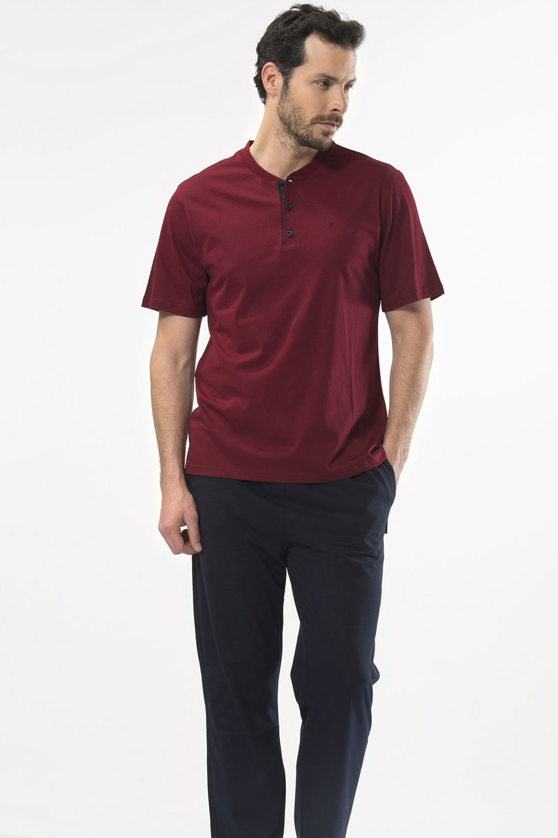 Пижама мужская Cacharel, цвет: бордовый. 2105. Размер S (44/46)2105Пижама мужская Cacharel состоит из футболки с коротким рукавом, округлым вырезом горловины на пуговицах и брюк свободного кроя на резинке на поясе, низ штанин без резинки. На брюках два кармана.