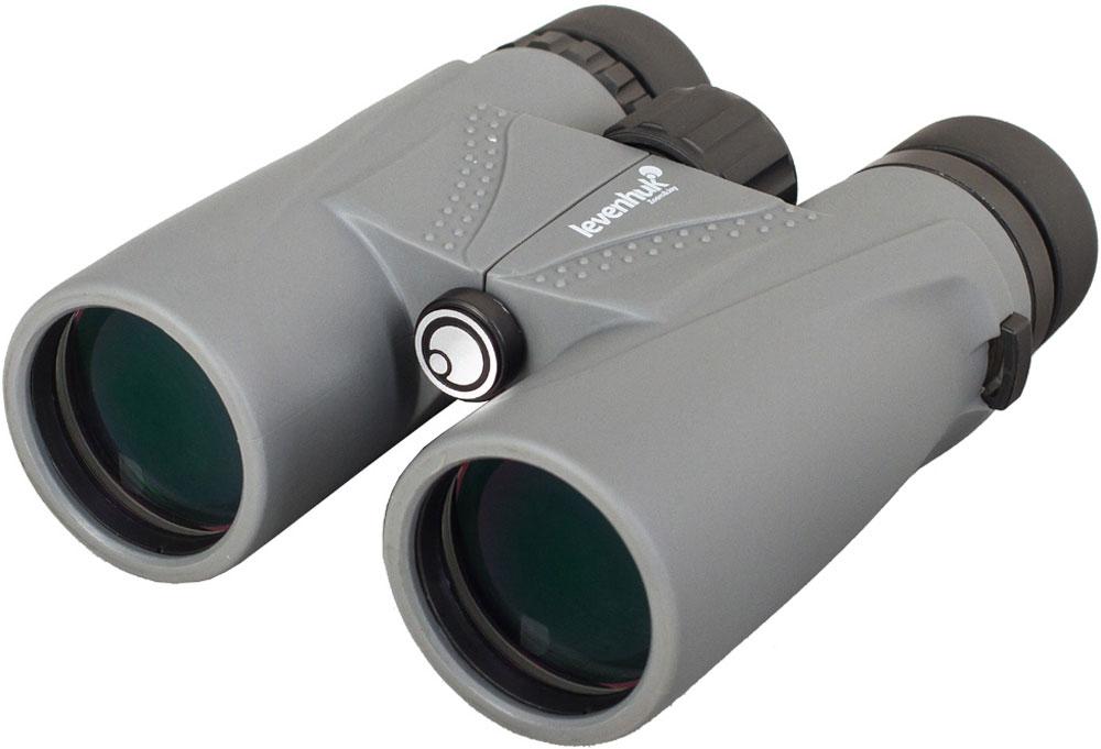 Levenhuk Karma Plus 10x42 бинокль67712Ясная погода или проливной дождь, яркий день или сумерки – бинокль Levenhuk Karma Plus 10x42 обеспечит хорошую видимость в любых условиях! Качественная просветленная оптика из стекла BaK-4 формирует яркую картинку, большие объективы собирают достаточное количество света для наблюдений при слабом освещении, в надежный корпус защищает прибор от влаги, грязи и пыли.Оптическая схема построена на roof-призмах, поэтому при высоких технических характеристиках бинокль получился достаточно компактным. Улучшенная конструкция окуляров повышает качество изображения. На линзы нанесено полное многослойное просветляющее покрытие, так что потери света внутри корпуса сведены к нулю. Бинокль дает чистую картинку в естественных цветах. Корпус наполнен азотом – при высокой влажности линзы не запотевают, и изображение остается четким.В конструкции бинокля учтено все для максимально комфортного использования – прибор легко подстроить под особенности его владельца. Межзрачковое расстояние регулируется, есть возможность настройки диоптрий, поворотно-выдвижные наглазники позволяют подобрать оптимальное положение бинокля относительно глаз. Благодаря светло-серому резиновому покрытию бинокль удобно ложится в руки.
