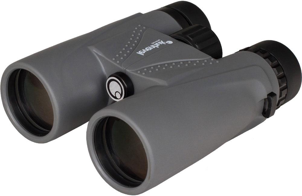 Мощный и компактный бинокль Levenhuk Karma Plus 12x42 создан для тех, кто ведет активный образ жизни. Прекрасная оптика, высокое увеличение, удобная конструкция и водонепроницаемый корпус сочетаются с относительно небольшими размерами. Большие объективы собирают достаточно света, чтобы картинка была яркой даже в сумерках.  В конструкции бинокля используются высококачественные трехлинзовые окуляры – это позволяет получить изображение высокой четкости. На линзы нанесено полное многослойное просветляющее покрытие, поэтому бинокль дает яркую и чистую картинку в естественных цветах. Азотное наполнение корпуса предотвращает запотевание оптики.  В конструкции бинокля учтено все для максимально комфортного использования – прибор легко подстроить под особенности его владельца. Межзрачковое расстояние регулируется, есть возможность настройки диоптрий, поворотно-выдвижные наглазники позволяют подобрать оптимальное положение бинокля относительно глаз. Благодаря светло-серому резиновому покрытию бинокль удобно ложится в руки.