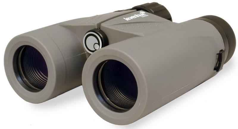 Levenhuk Karma Plus 8x32 бинокль67707Бинокль Levenhuk Karma Plus 8x32 создан для тех, кто не боится трудных условий! Благодаря компактным размерам его удобно брать с собой в поход или путешествие. Широкое поле зрения обеспечивает прекрасный обзор, а качественная оптика делает картинку четкой и ясной. Бинокль выпускается в надежном всепогодном корпусе – ему не страшны дождь, снег или водяные брызги.Оптическая схема построена на roof-призмах – это позволило сделать бинокль компактным. В бинокле используется улучшенная оптика – трехэлементная конструкция окуляров значительно повышает качество картинки. На линзы нанесено многослойное просветляющее покрытие, поэтому бинокль дает чистое и резкое изображение в живых цветах. Корпус заполнен азотом, так что линзы не запотеют и при повышенной влажности.Бинокль можно подстроить под индивидуальные особенности владельца: межзрачковое расстояние меняется, на правом окуляре есть кольцо настройки диоптрий, поворотно-выдвижные наглазники позволяют подобрать оптимальное положение прибора относительно глаз. Эргономичный корпус покрыт светло-серой резиновой оболочкой – бинокль удобно ложится в руки и не выскальзывает.