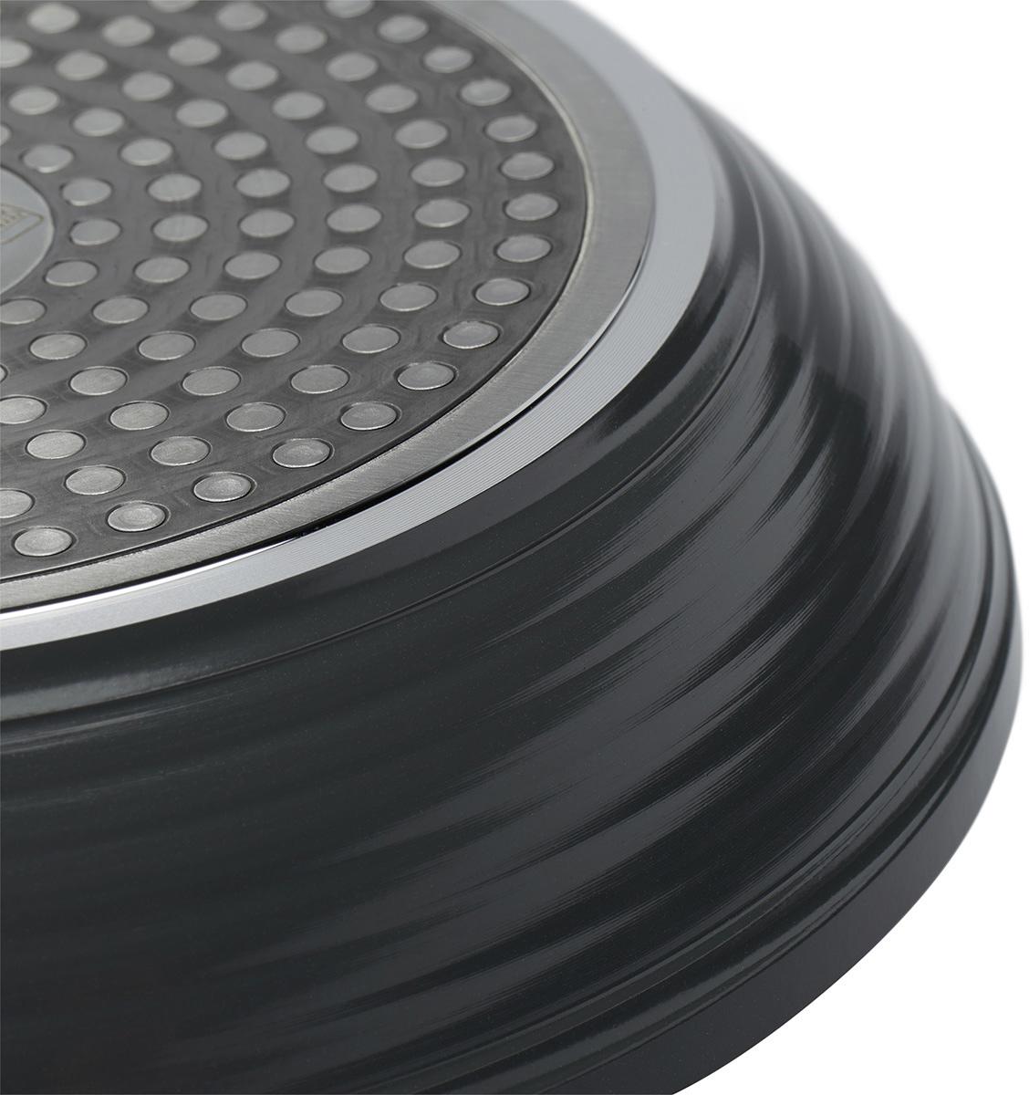 """Сковорода Polaris """"Canto"""" изготовлена из штампованного алюминия с износостойким антипригарным покрытием """"Pfluon"""". Такое покрытие предотвращает пригорание пищи и ее прилипание к стенкам. Оно абсолютно безопасно для здоровья и не выделяет вредных веществ во время готовки.  Сковорода оснащена эргономичной ручкой с покрытием """"soft-touch"""", которая не нагревается в процессе приготовления пищи и не дает вашим рукам обжечься. Посуда подходит для всех плит, кроме галогеновых. Не рекомендуется мыть в посудомоечной машине."""