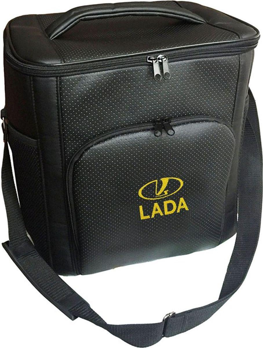 Термосумка Auto Premium Lada, 20 л. 7211272112Термосумка Auto Premium  Lada выполнена из экокожи с нашивкой и оснащена регулируемым плечевым ремнем. Основное отделение и передний карман закрываются на молнию. Для дополнительного удобства термосумка имеет два боковых сетчатых кармана. Ваши продукты сохранятся свежими, а напитки холодными даже в жару благодаря специальному внутреннему термоизоляцоному материалу АЛЮФОМ (РФ). Для более длительного поддержания температурного режима рекомендуется использовать с аккумуляторами холода. Объем термосумки: 20 л.
