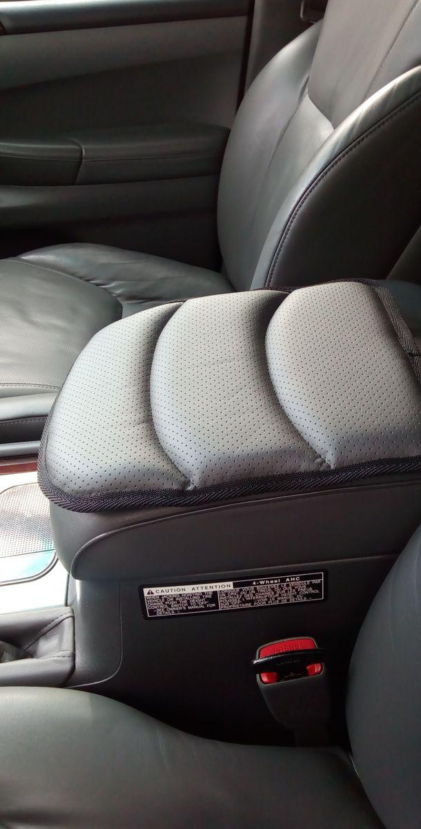 Подушка на подлокотник Auto Premium, цвет: серый. 7717577175Подушка на подлокотник собенной популярностью пользуется у водителей, которые проводят огромное количество времени в дороге. Именно с данным дополнением вы меньше будете уставать от долгой и утомительной поездки.Подушка на подлокотник сделает жесткий штатный подлокотник, боле мягким и комфортным, что гарантированно снимет нагрузку с мышц и напряжение. Подушка легко устанавливается и снимается благодаря эластичной резинке. Подушка на подлокотник сшита из износоустойчивой экокожи.