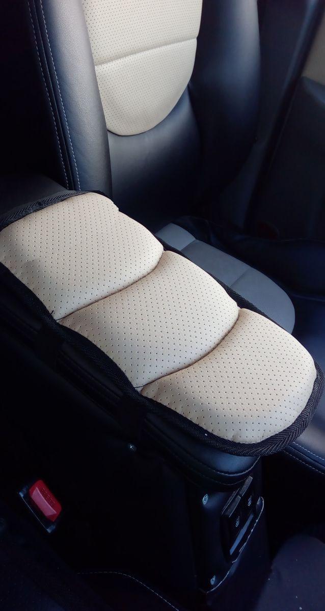 Подушка на подлокотник Auto Premium, цвет: бежевый. 7717677176Подушка на подлокотник Auto Premium, выполненная из экокожи, пользуется популярностьюу водителей, которые проводят огромное количество времени в дороге. Именно с данным дополнением вы меньше будете уставать от долгой и утомительной поездки.Подушка на подлокотник сделает жесткий штатный подлокотник, боле мягким и комфортным, что гарантированно снимет нагрузку с мышц и напряжение. Подушка легко устанавливается и снимается благодаря эластичной резинке.