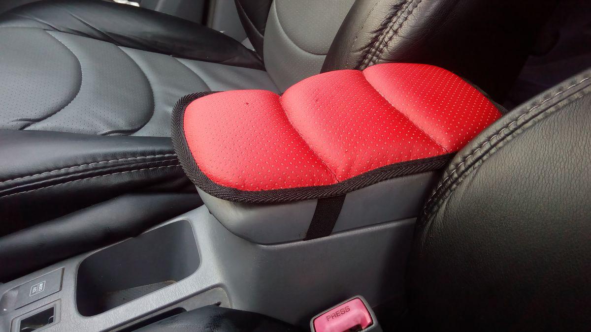 Подушка на подлокотник Auto Premium, цвет: красный. 7718177181Подушка на подлокотник собенной популярностью пользуется у водителей, которые проводят огромное количество времени в дороге. Именно с данным дополнением вы меньше будете уставать от долгой и утомительной поездки.Подушка на подлокотник сделает жесткий штатный подлокотник, боле мягким и комфортным, что гарантированно снимет нагрузку с мышц и напряжение. Подушка легко устанавливается и снимается благодаря эластичной резинке. Подушка на подлокотник сшита из износоустойчивой экокожи.