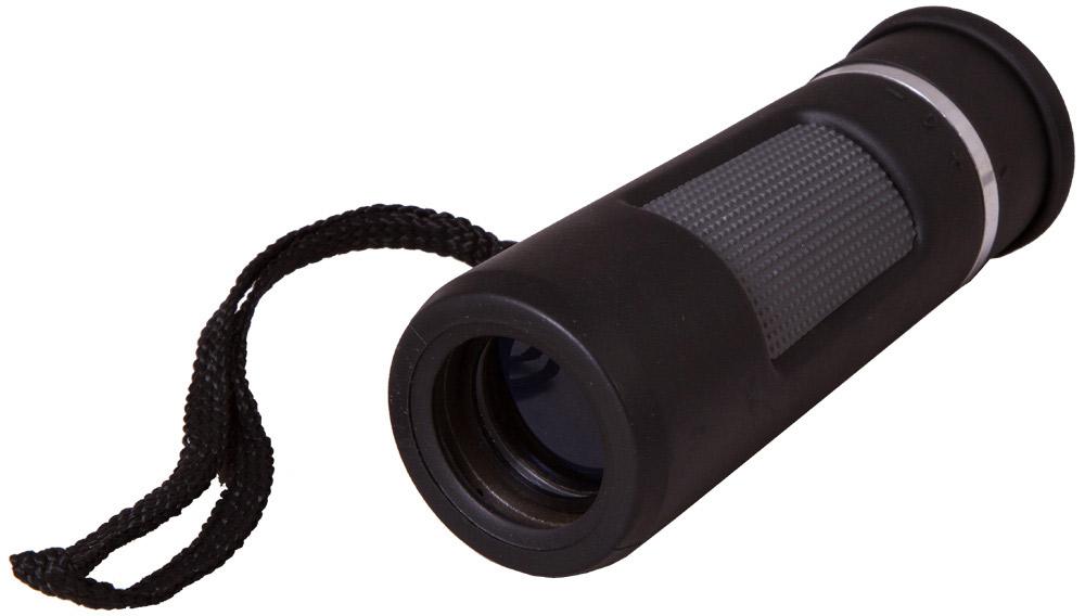 Bresser Topas 10x25, Black монокуляр69371Небольшой и легкий монокуляр Bresser Topas 10x25 разработан для любителей путешествий и длительных прогулок. Он занимает мало места, удобно лежит в руке и не создает дискомфорта при длительных наблюдениях. Стеклянная оптика с полным просветлением формирует четкую и яркую картинку. При свете дня вы сможете рассмотреть множество деталей в привычных предметах окружающего мира.Современная roof-призма «упрятана» в ударопрочный пластиковый корпус, который для надежности покрыт мягкой резиной. Благодаря этому монокуляр удобно лежит в руке и без повреждений переживает удары и тряску. Для комфортной транспортировки монокуляр комплектуется чехлом и ремешком.