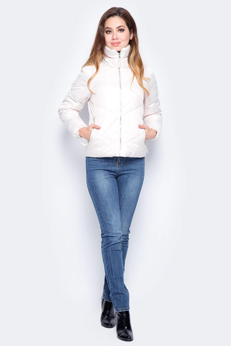Куртка женская Baon, цвет: белый. B037_Milk. Размер L (48)B037_MilkЖенская куртка Baon изготовлена из водоотталкивающей и ветрозащитной ткани. В качестве утеплителя используются полиэстер. Укороченная модель с воротником-стойкой застегивается на застежку-молнию. Спереди расположены два прорезных кармана на молниях.