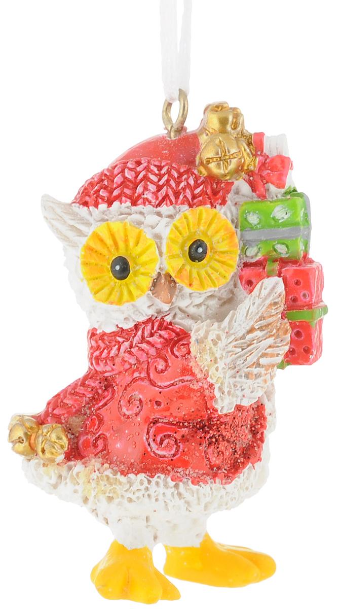Украшение новогоднее подвесное Magic Time Совушка с подарками. 7561676162Новогоднее украшение Совушка с подарком выполнено из полирезина. С помощью специальной текстильной петельки украшение можно повесить в любом понравившемся вам месте. Но, конечно, удачнее всего такая игрушка будет смотреться на праздничной елке.Размер: 3,5 x 3 x 6 см.